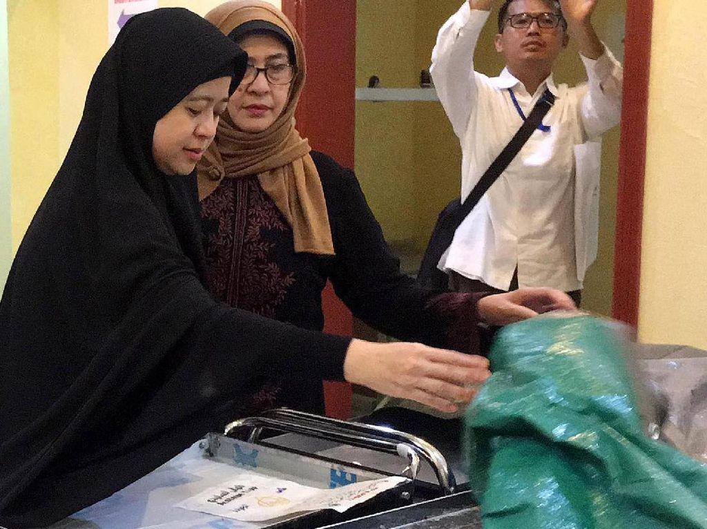 Menko PMK Puan Maharani didampingi Menteri Kesehatan Nila Moeloek meninjau Klinik Haji Indonesia yang sebelumnya merupakan Balai Pengobatan Haji Indonesia usai memimpin rapat koordinasi monitoring dan evaluasi penyelenggaraan ibadah haji 2017 di Kota Madinah, Arab Saudi. Pool/Kemenko PMK.