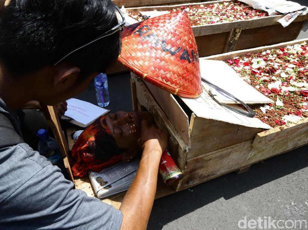 Aksi Kubur Diri di Depan Istana Negara