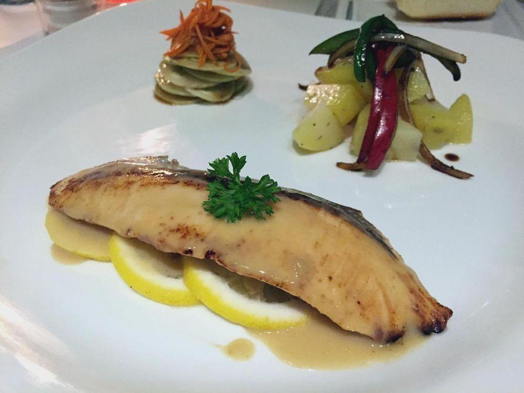 Mencicip Salmon Panggang Miso di Resto Bersuasana Romantis