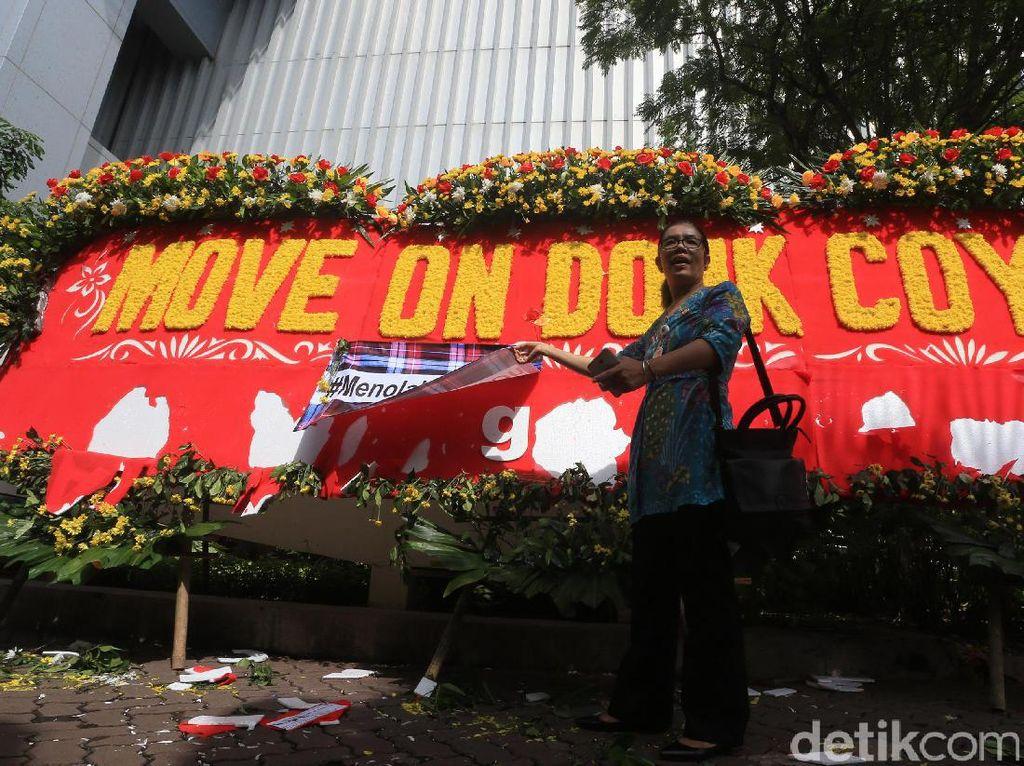 Karangan Bunga Move On Donk Coy di Balai Kota Dirusak