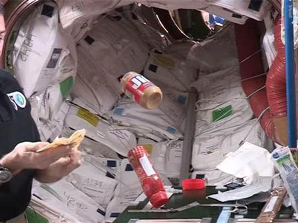 Intip Aksi Astronot NASA Meracik Peanut Butter & Jelly di Luar Angkasa