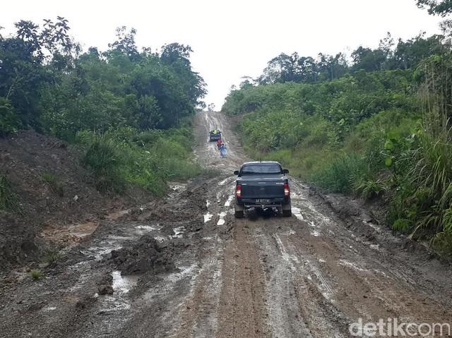 Jalan Perbatasan Belah Hutan Kalbar