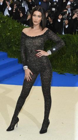 Halle Berry Vs Bella Hadid Pakai Jumpsuit Menerawang, Siapa Lebih Seksi?