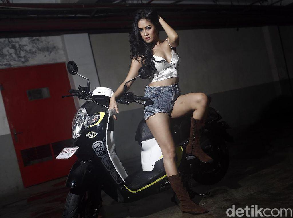 Foto: Pose Sensual Jessie Popoh yang Bikin Cowok Meleleh
