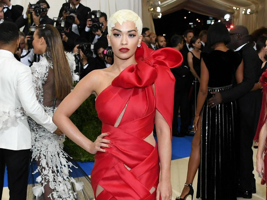 Foto: 15 Penampilan Stylish Rita Ora di Red Carpet