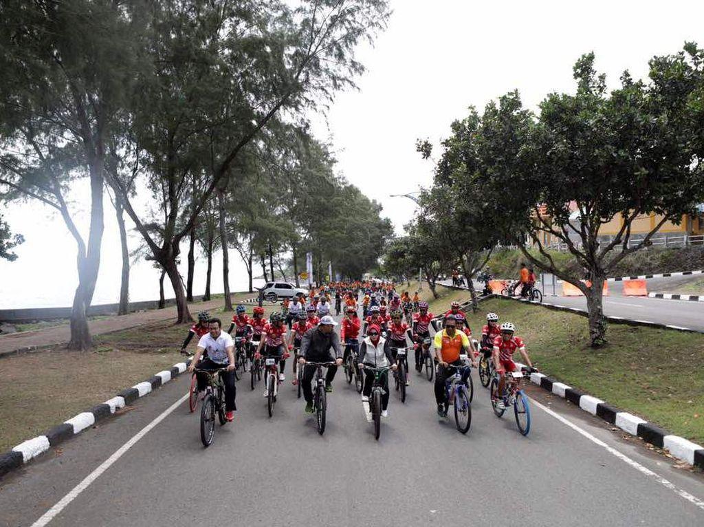 Gowes Pesona Nusantara melibatkan masyarakat umum dan komunitas olahraga dan berlangsung sangat meriah dan penuh kegembiraan. Nantinya para peserta akan estafet dari kota Sabang ke Banda Aceh hingga Magelang. Pool/Kemenpora.