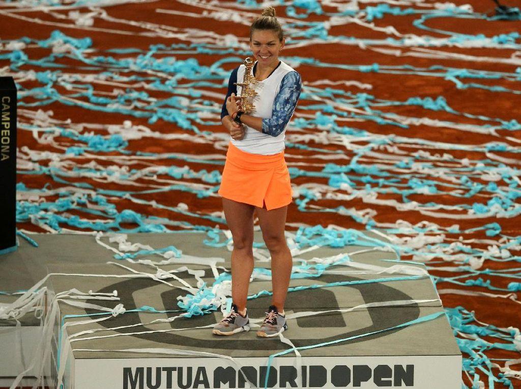 Berkat kemenangannya ini, Halep menjadi petenis putri kedua yang berhasil mempertahankan gelar di Madrid Terbuka. Dia mengikuti jejak Serena Williams, yang melakukan hal serupa pada 2012-2013. Sergio Perez/Reuters.