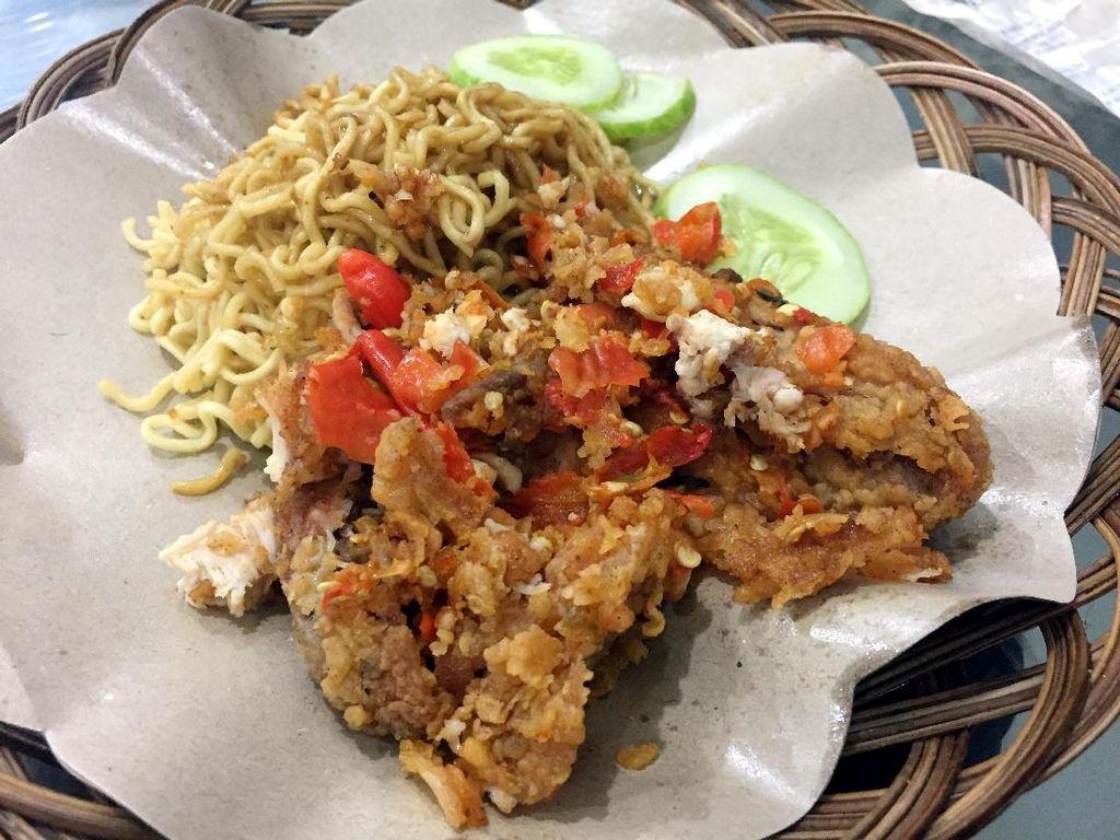 Ayam digeprek yang dengan campuran sambal ini sangat populer di Jogja. Akan tetapi di Jakarta, kepopuleran ayam geprek ini juga tinggi dengan adanya beberapa warung ayam geprek seperti Ayam Geprek Mas Eko dan Geprek Bensu. (Foto: Detikfood)