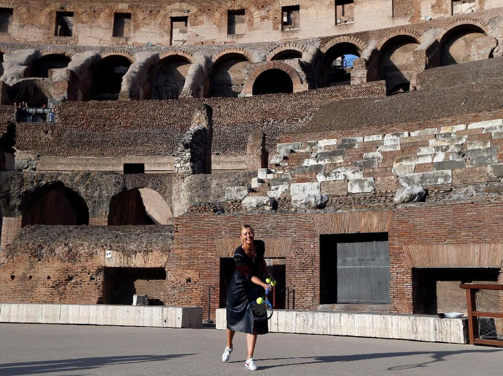 Tak cuma melakukan sesi pemotretan, dia juga sempat bermain tenis di tengah Colosseum (Foto: REUTERS/Stefano Rellandini)