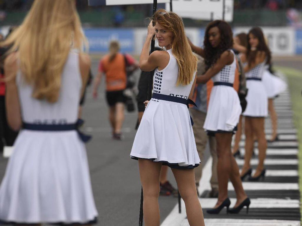 Ini penampilan sejumlah grid girl di MotoGP Inggris tahun lalu. Foto: (Getty Images Sport/Mirco Lazzari gp)