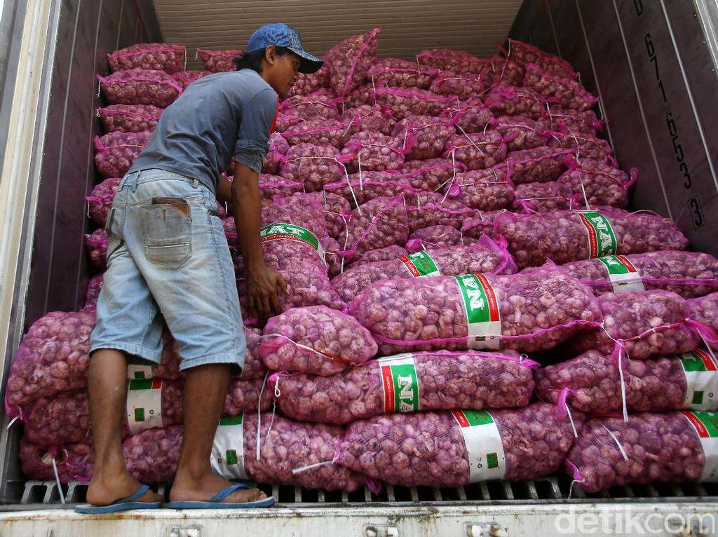 Sedikitnya ada 58 ton bawang putih asal China yang terbagi ke dalam dua kontainer. Pasokan bawang putih ini nantinya akan terus ditambah untuk menekan harga bawang putih di pasar.