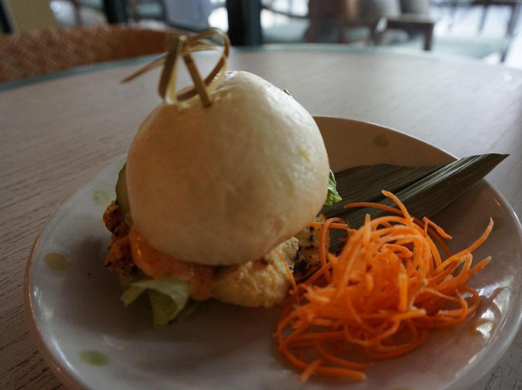Selain gyoza, Anda juga bisa mencicip bao bun. Bentuknya mirip seperti burger yang terbuat dari adonan bakpai dan berisi chicken kaarage dengan paduan tamagoyaki yang gurih manis dengan tambahan sayur dan mayonnaise. Cocok sebagai hidangan pembuka yang mengenyangkan.