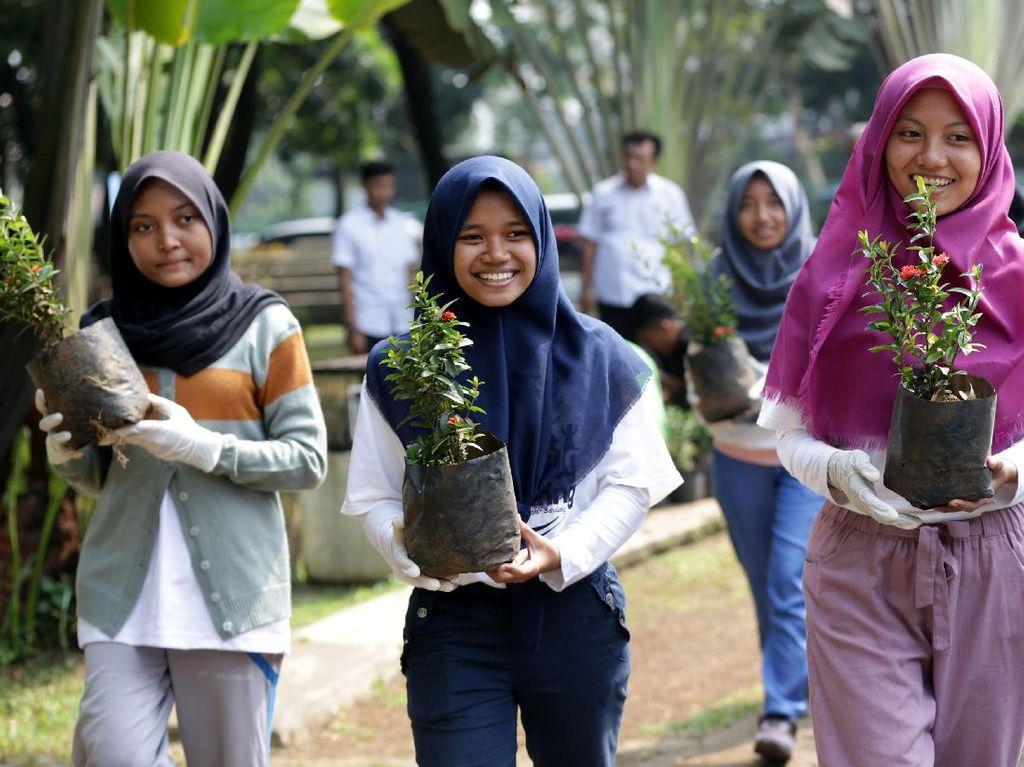 Beberapa siswa SMK menyiapkan bibit pohon yang akan ditanam di Taman Tegar Beriman, Cibinong, Kabupaten Bogor. Pool/Sampoerna.