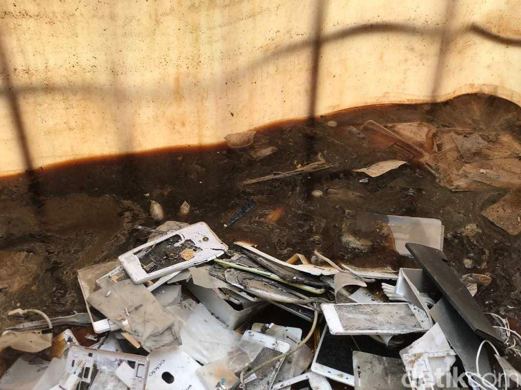Setelah dilindas, ponsel dimasukan ke cairan kimia untuk penghancuran. Foto: Adi/detikcom
