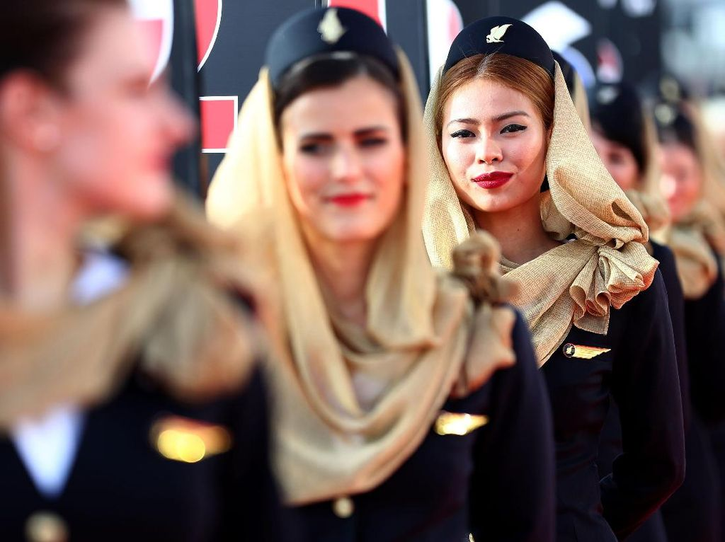 Di Bahrain, gadis-gadis garis start tampil dengan penutup kepala dan mengenakan blazer. Foto: (Getty Images Sport/Lars Baron)