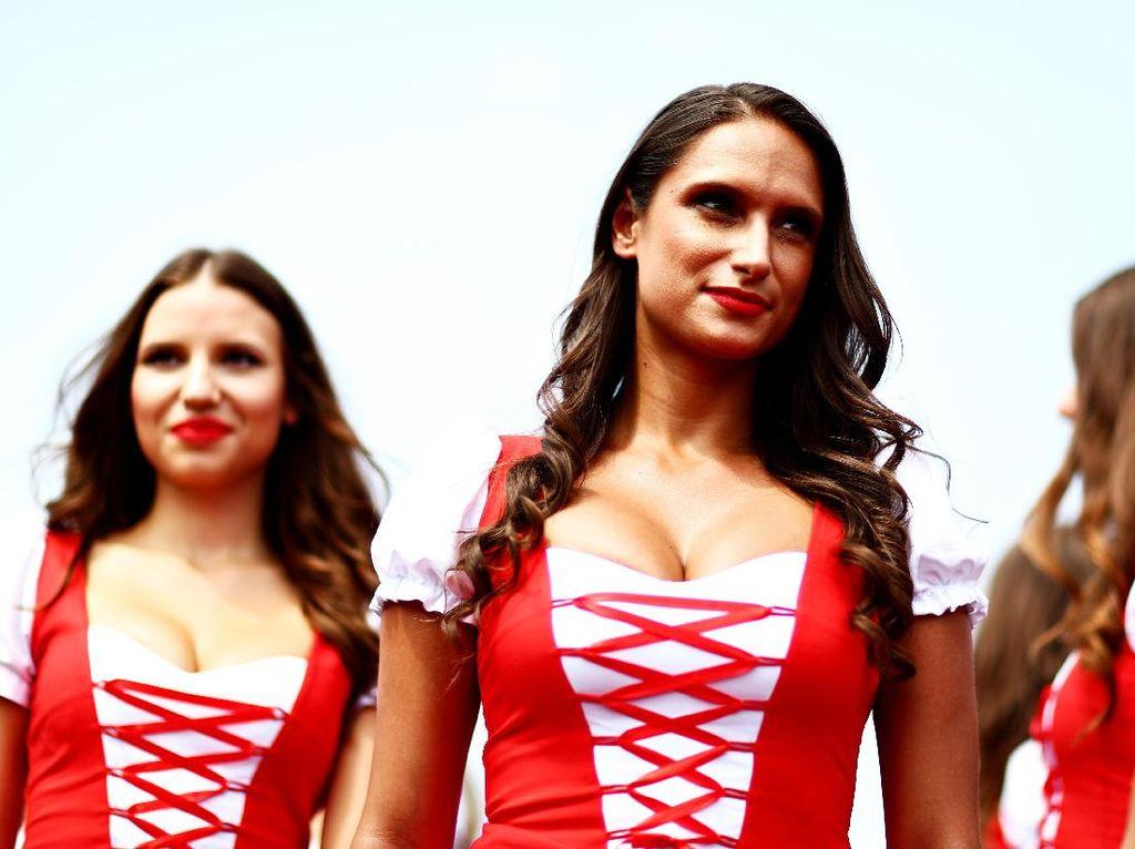 Di GP Formula 1 Hungaria, para gadis garis start memakai baju bernuansa lokal. Foto: (Getty Images Sport/Charles Coates)
