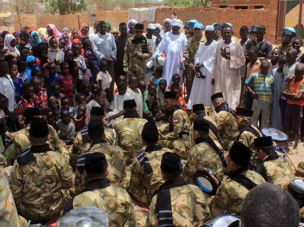 Kegiatan Cimic di wilayah Al-Wahdah, Al-Riyadh, Darfur-Sudan, Afrika Tengah, diakhiri dengan penampilan Tim Hadrah Marawis Satgas Indobatt-03, yang disambut dengan rasa antusias dari masyarakat setempat. Pool/dok. Konga.