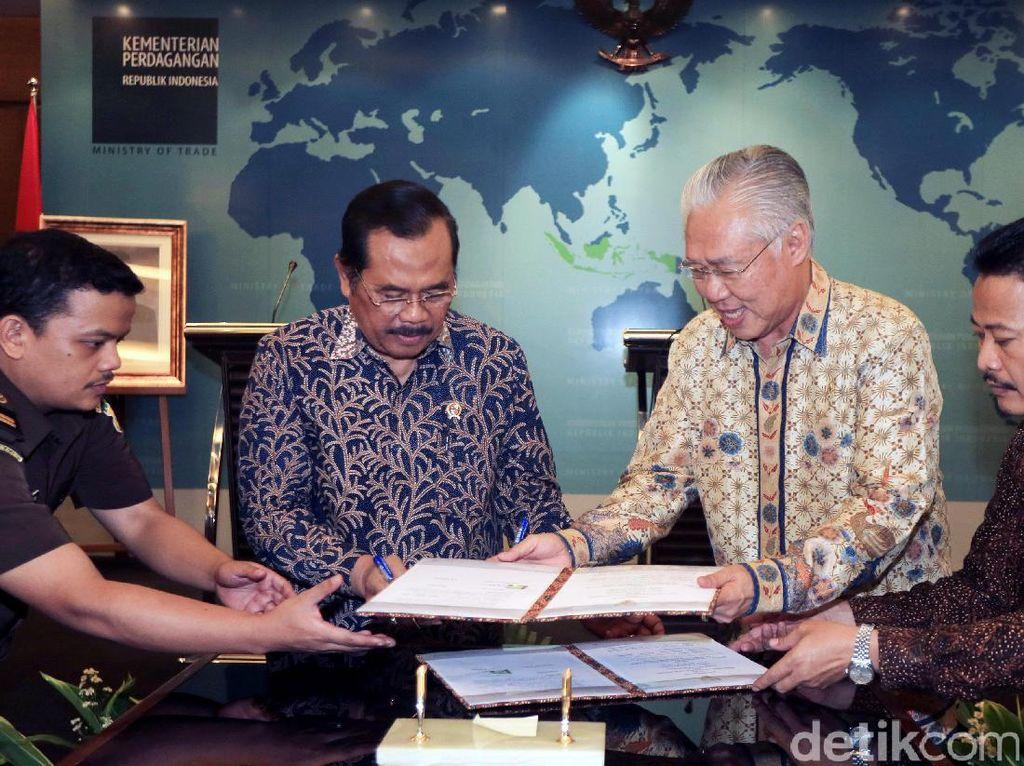 Menteri Perdagangan Enggartiasto Lukita dan Jaksa Agung Prasetyo menandatangani MoU di Gedung Kemendag, Jakarta, Rabu (17/5/2017).