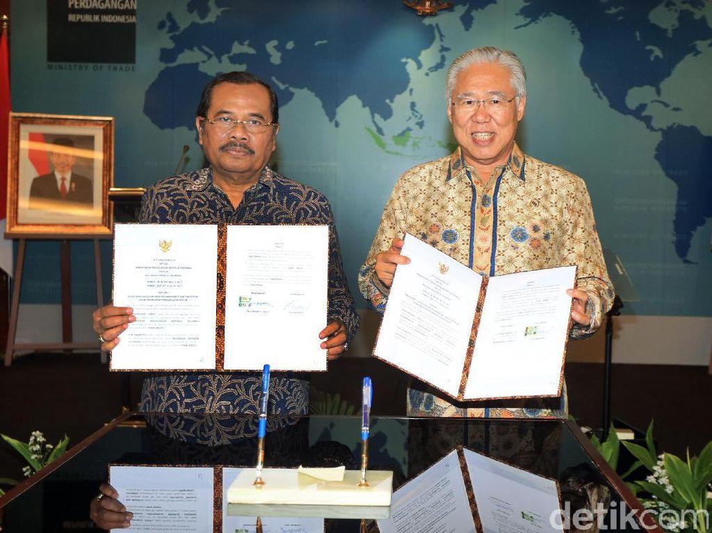 Menteri Perdagangan Enggartiasto Lukita dan Jaksa Agung Prasetyo menunjukkan naskah kerja sama yang ditandatangani.