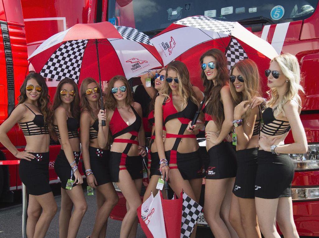 Kalau ini gadis-gadis payung yang memanaskan MotoGP Republik Ceko tahun lalu. Foto: (Getty Images Sport/Mirco Lazzari gp)