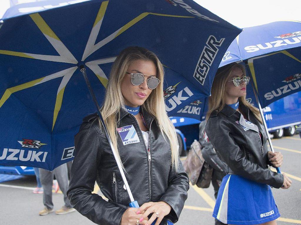 Masih di Inggris, gadis payung untuk tim Suzuki tampil dengan jaket. Sirkuit Silverstone, Inggris sendiri memang terkenal berangin dan dingin. Foto: (Getty Images Sport/Mirco Lazzari gp)