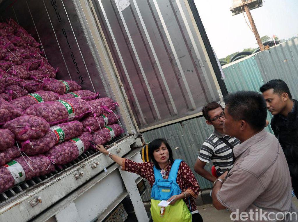 Pedagang mengantre di depan kontainer yang berisikan bawang putih saat berlangsungnya Operasi Pasar Bawang Putih di Pasar Induk Keramat Jati, Jakarta, Rabu (17/05/2017).