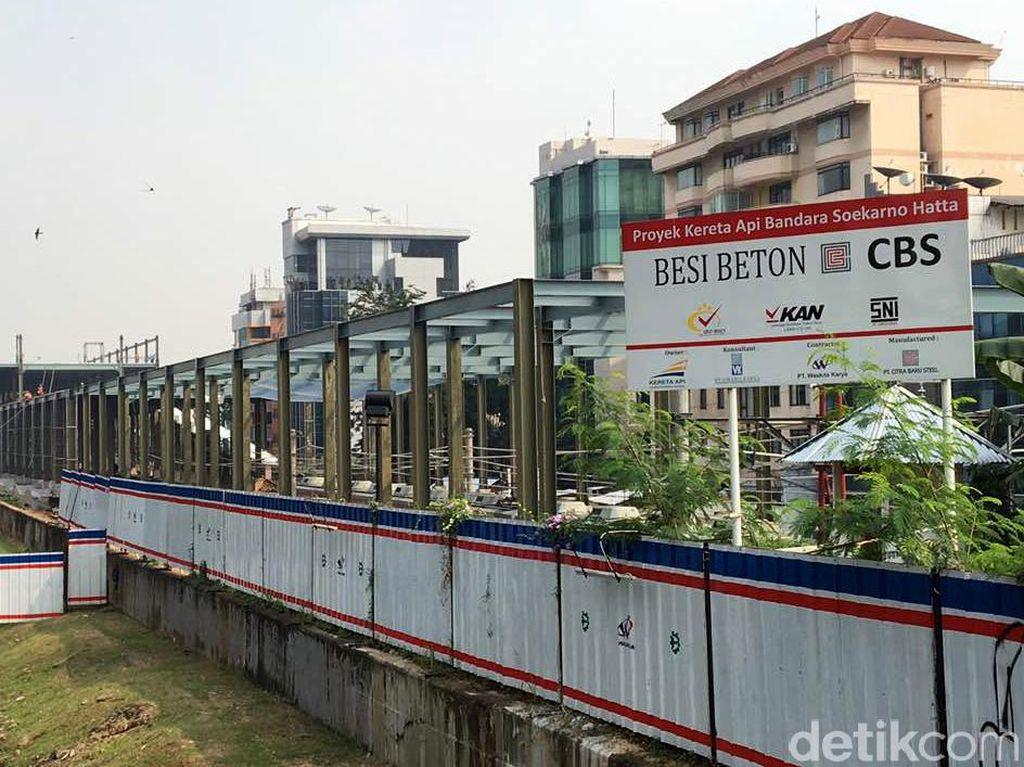 Seperti diketahui, proyek Kereta Sudirman merupakan salah satu dari 5 stasiun yang dibangun khusus untuk menunjang Kereta Bandara Soetta. 4 stasiun lainnya yakni Manggarai, Duri, Batu Ceper, dan Stasiun Pemberhentian Cengkareng.