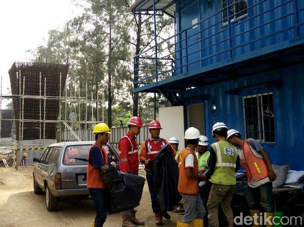 Dari lokasi proyek nampak terlihat para pekerja yang tengah berkutat dengan aktivitas proyek lengkap dengan Alat Pelindung Diri (APD). Pool/Citra Fitri Mardiana.