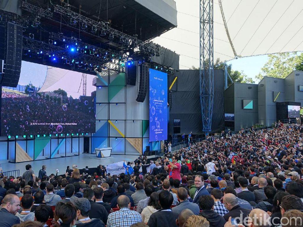 Area utama semakin padat dan acara dimulai. Google I/O 2017 dihadiri 7.000 developer dan 400 jurnalis dari berbagai negara. Foto: rns/detikINET