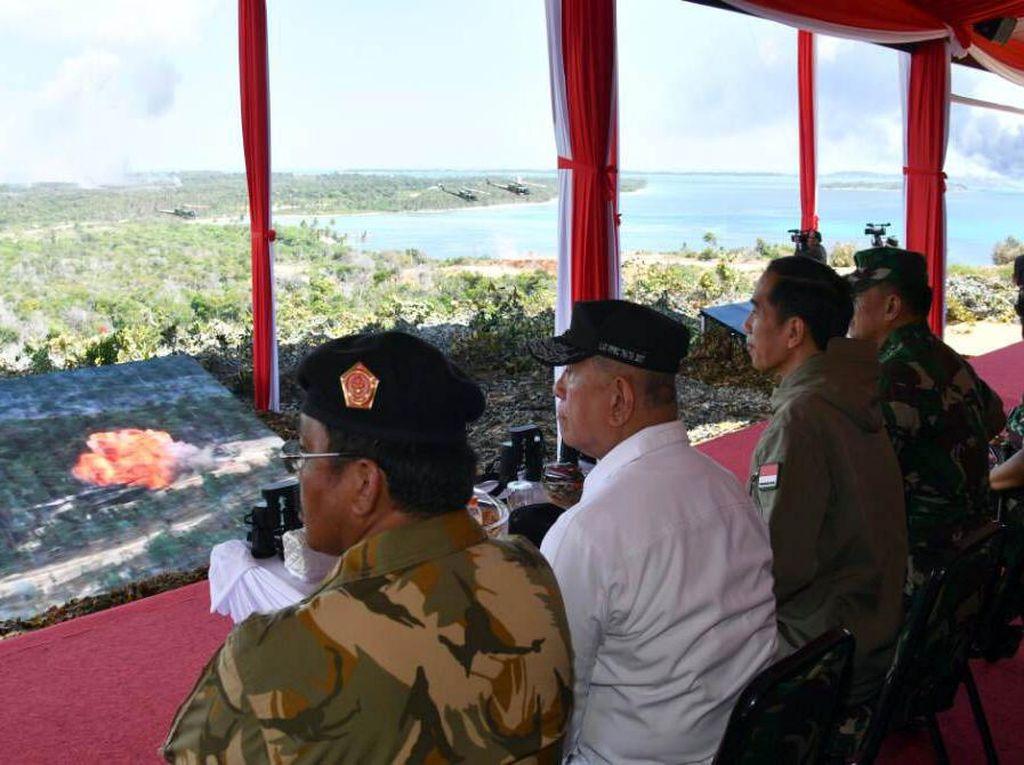 Latihan perang yang disaksikan langsung oleh Presiden Jokowi tersebut melibatkan ratusan alat utama sistem persenjataan (Alutsista) TNI. Pool/Biro Pers Setpres.