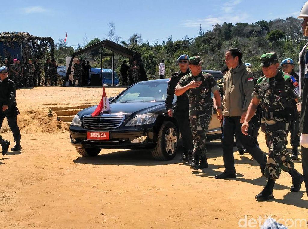 Jokowi dan Gatot tiba sekitar pukul 10.15 WIB. Selain itu, latihan juga dihadiri Menteri Pertahanan Ryamizard Ryacudu, Mendagri Tjahjo Kumolo dan Menko PMK Puan Maharani. 23 gubernur seluruh Indonesia juga menghadiri acara. Salah satunya yang terlihat adalah Gubernur Jawa Tengah Ganjar Pranowo.
