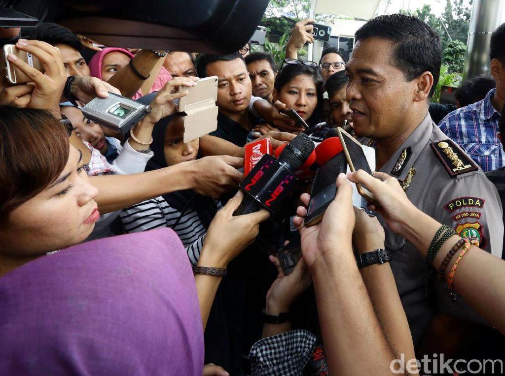 Kabid Humas Polda Metro Jaya Kombes Argo Yuwono langsung dikerubungi wartawan setibanya di gedung KPK, Jl Kuningan Persada, Setiabudi, Jakarta Selatan, Jumat (19/5/2017).