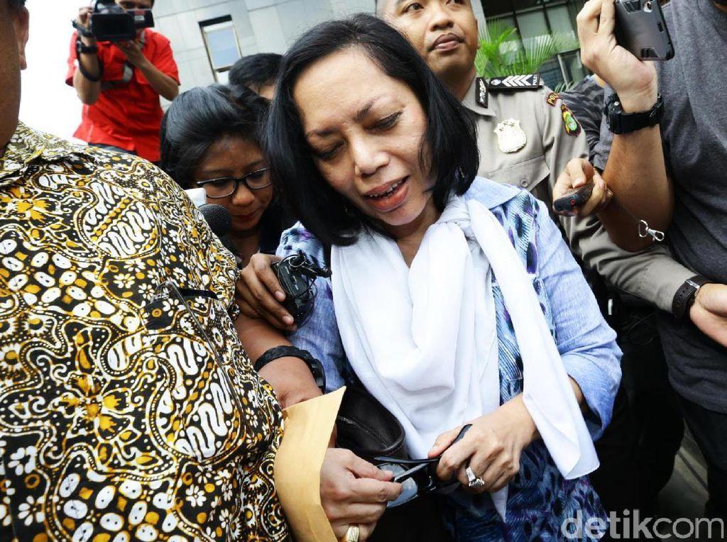 Antarini tampak sudah hadir di Gedung KPK, Jl Kuningan Persada, Setiabudi, Jakarta Selatan, sekitar pukul 09.30 WIB.