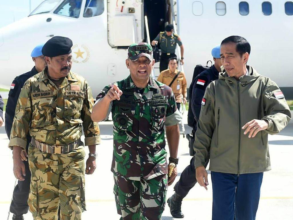 Jokowi bertolak menuju Kepri menggunakan pesawat kepresidenan RJ-85 dari Lanud Halim Perdanakusuma. Rombongan Jokowi kemudian berganti dengan helikopter Super Puma untuk mendarat di Natuna. Pool/Biro Pers Setpres.