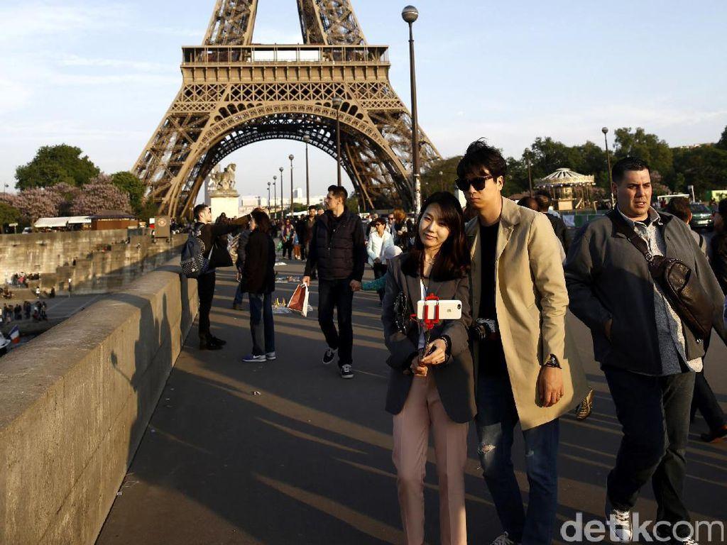 Lebih dari 200.000.000 orang telah mengunjungi menara ini sejak pembangunannya tahun 1889, menjadikannya monumen berbayar yang paling banyak dikunjungi di dunia.
