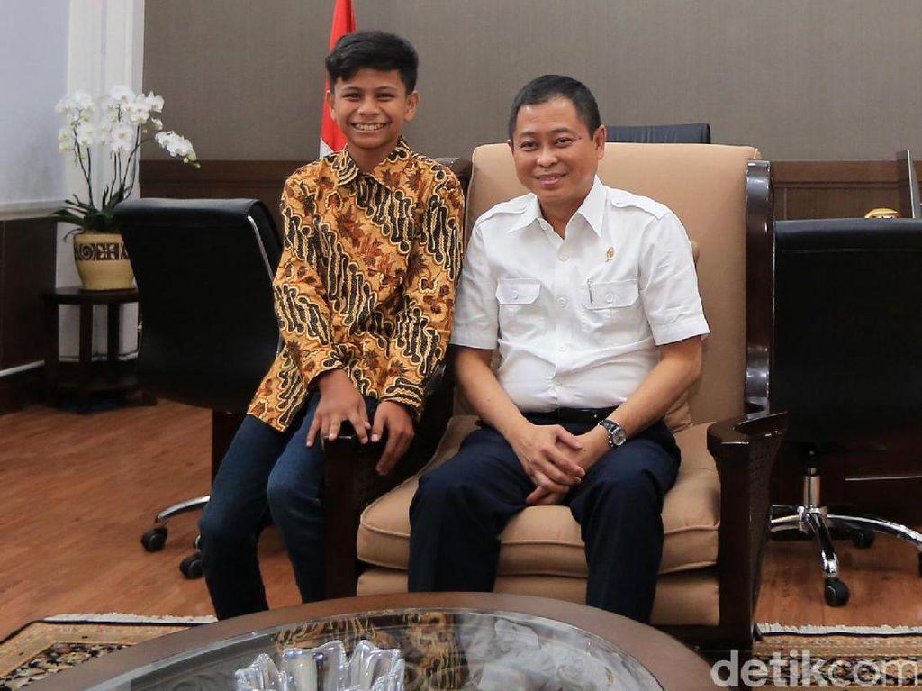 Naufal saat berfoto bersama Menteri ESDM, Ignasius Jonan. Jonan sangat senang dengan penemuan Naufal. Ia berharap listrik dari pohon kedondong bisa diaplikasikan juga untuk desa-desa tak berlistrik yang masih banyak sekali di seluruh Indonesia.