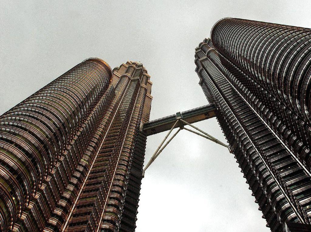 Malaysia patut berbangga karena menara kembarnya, Petronas Tower setinggi 170 meter menjadi salah satu gedung dengan arsitektur terbaik. Chris Hondros/Getty Images.