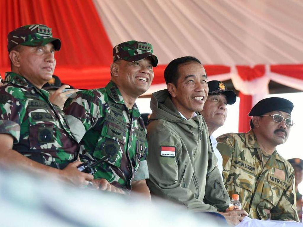 Presiden Jokowi didampingi Pangkostrad Letjen Edy Rachmayadi, Panglima TNI Jenderal Gatot Nurmantyo dan Menteri Pertahanan Ryamizard Ryacudu menyaksilan latihan Pasukan Pemukul Reaksi Cepat (PPRC) TNI. Pool/Biro Pers Setpres.
