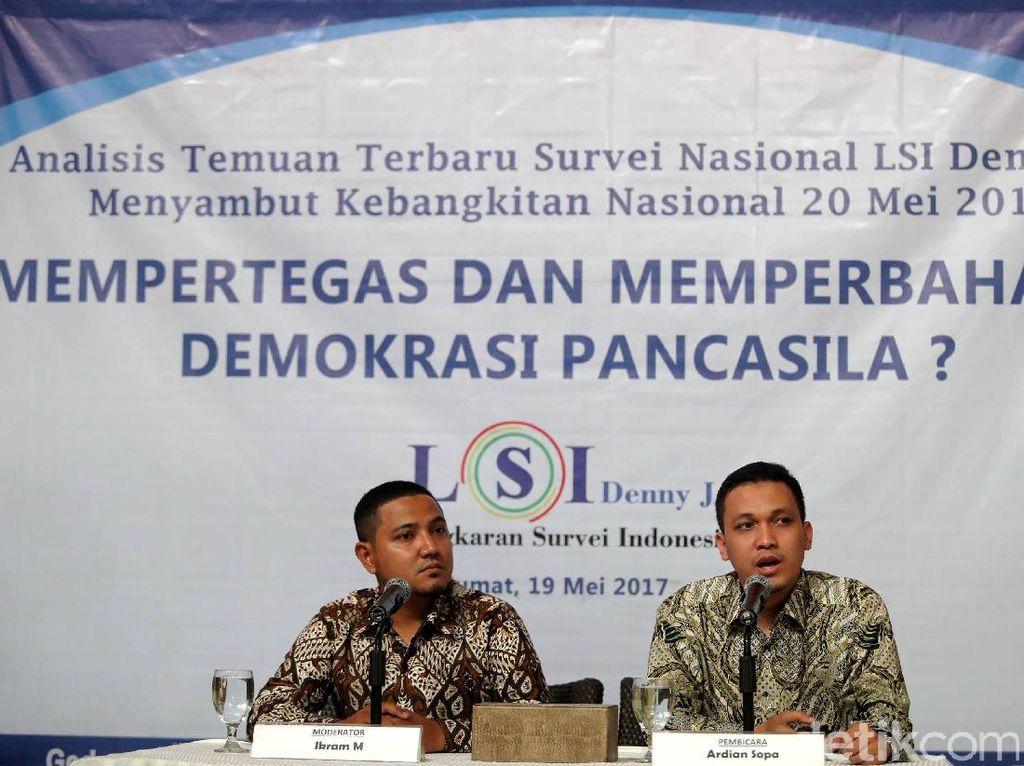 Peneliti dari Lembaga Survei Indonesia (LSI) Denny JA Ardian Sopa (kanan) merilis hasil survei di Jakarta, Jumat (19/05/2017).