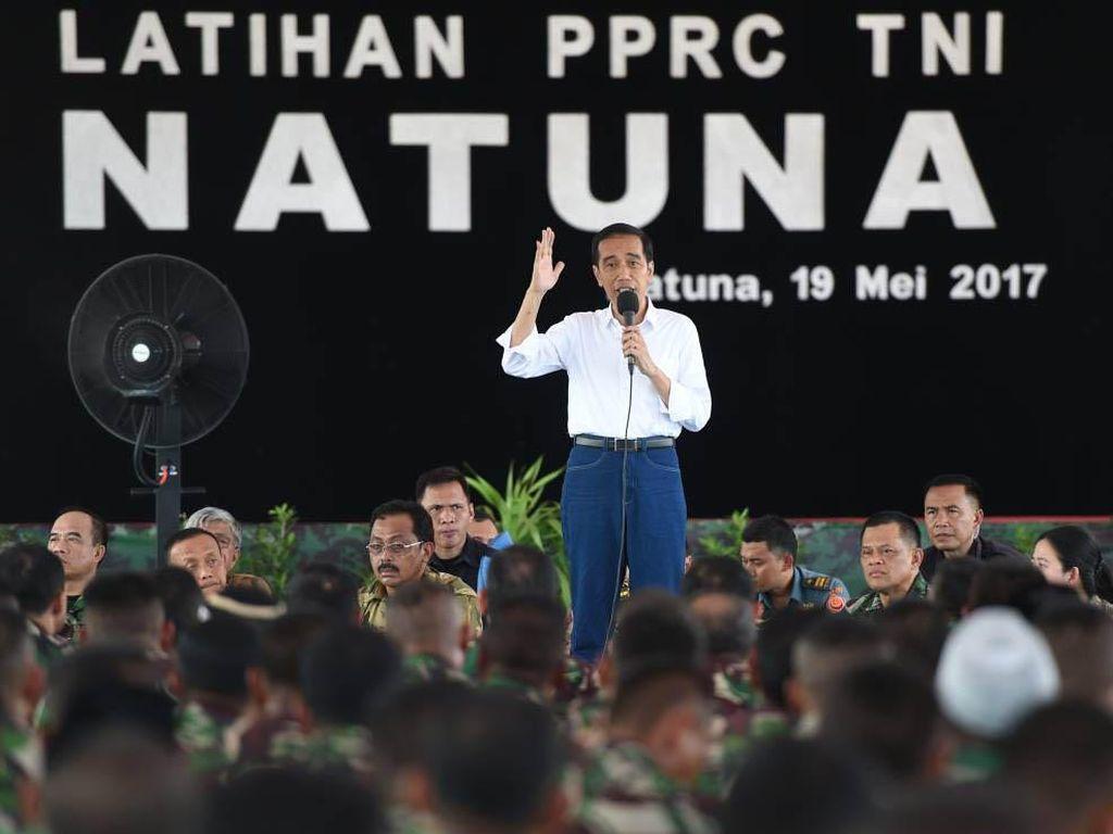 Presiden Jokowi memberikan sambutan di hadapan prajurit TNI yang mengikuti latihan perang di Natuna. Pool/Biro Pers Setpres.
