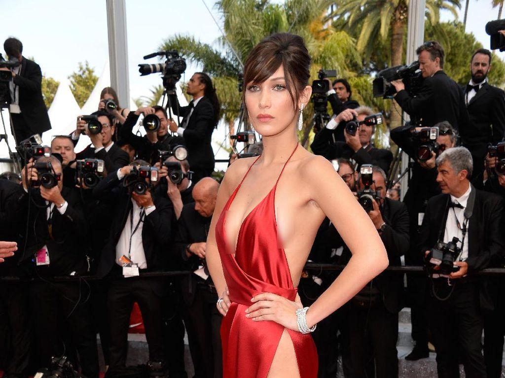 Bella tampil sangat seksi dengan gaun merah berbelahan tinggi. Pascal Le Segretain/Getty Images/detikFoto.