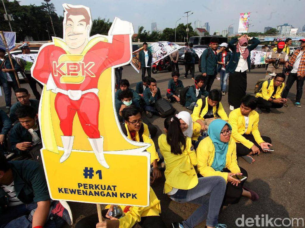 Mereka menuntut agar DPR tidak melakukan pelemahan hukum terhadap KPK.