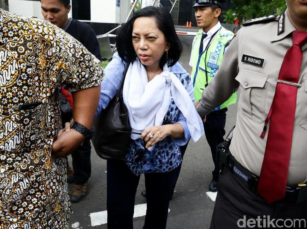 Eks anggota Komisi I DPR periode 2004-2009, Antarini Malik diperiksa KPK sebagai saksi Andi Agustinsus atau Andi Narogong terkait kasus e-KTP.