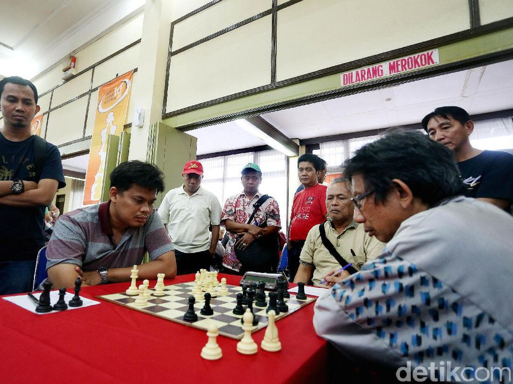 GM Susanto Megaranto tampak serius menghadapi lawannya diJapfa Chess Festival 2017.