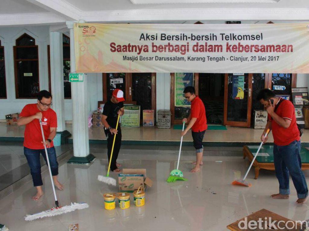 Aksi Karyawan Telkomsel Bersih-bersih Masjid
