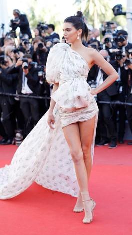 Foto: Seksinya Kendall Jenner Bergaun Mini dengan Ekor Dramatis
