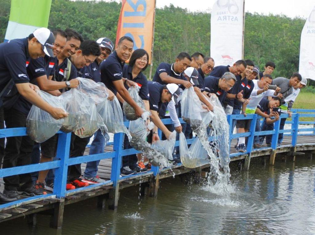 Pengobatan Gratis Hingga Pelepasan Benih Ikan di HUT Astra