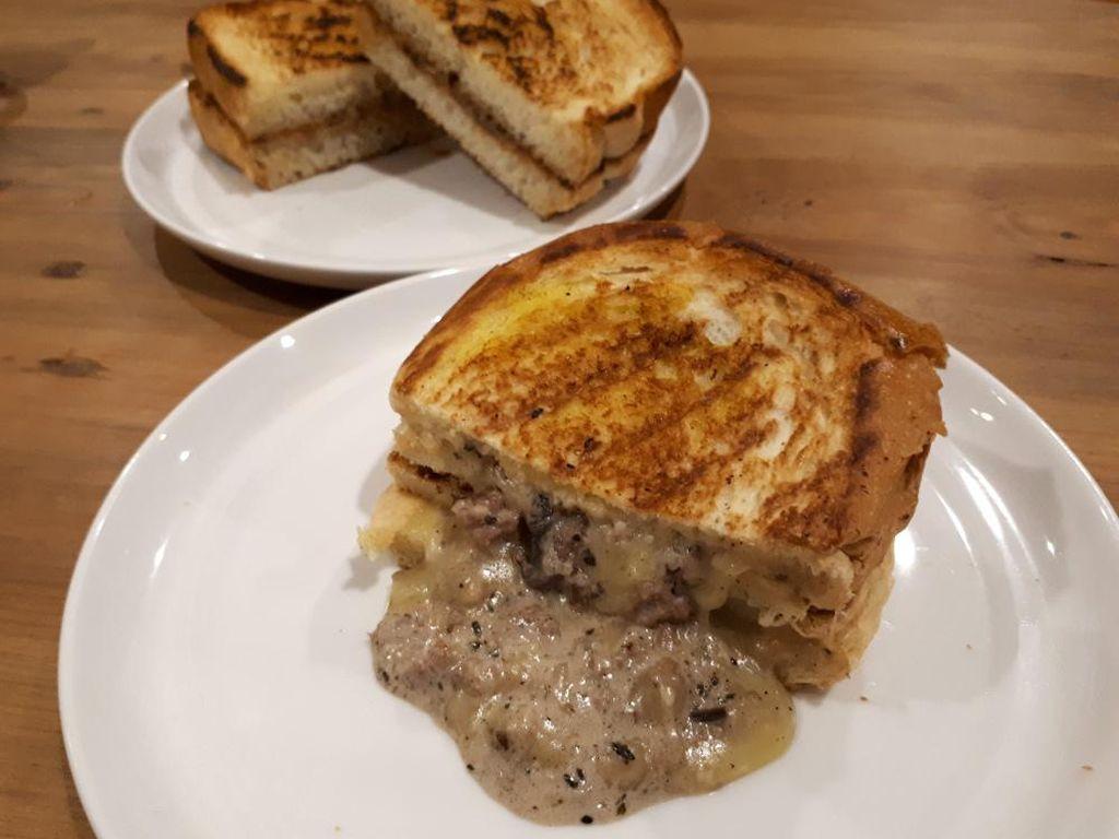 Mencicip Roti Bakar dengan Isian Keju Leleh hingga Selai Earl Grey