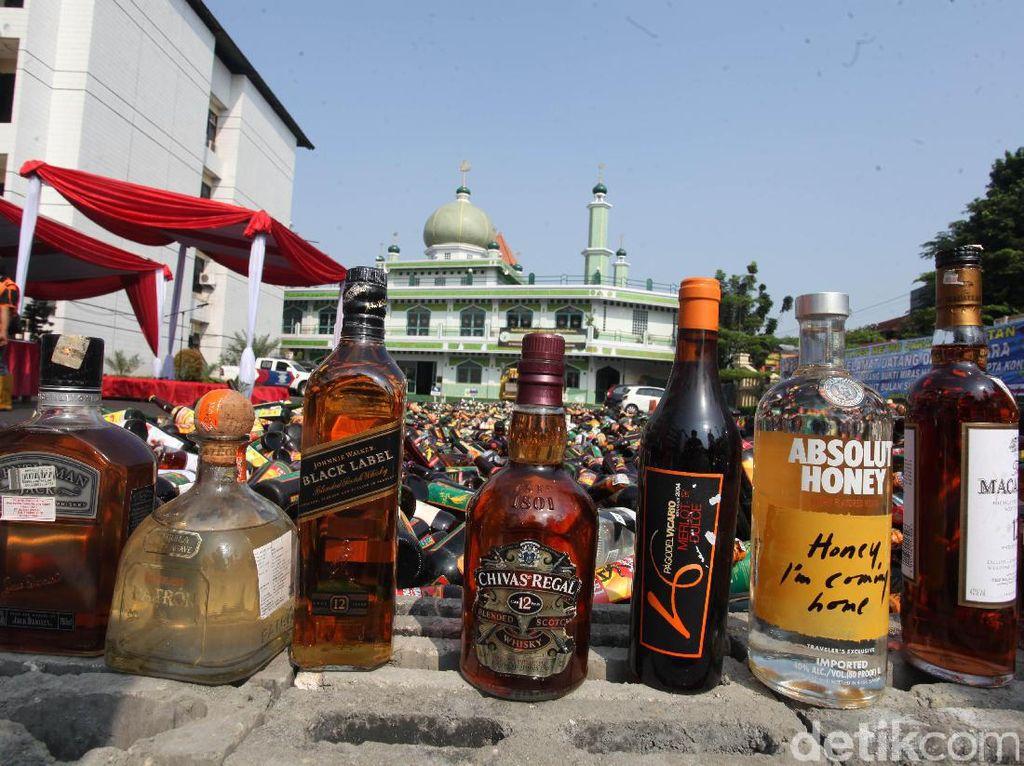 Jelang Ramadan, Polres Jaksel Musnahkan Ribuan Botol Miras