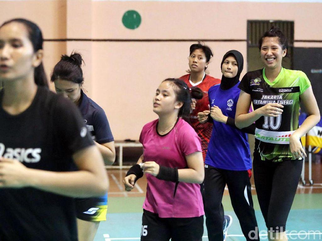 Melihat Atlet Voli Putri Berlatih